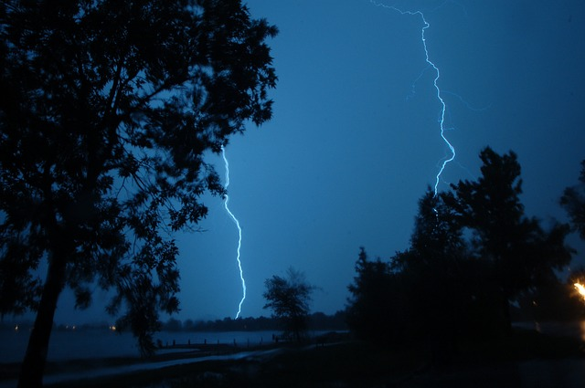 https://pixabay.com/photos/lightning-storm-stormy-nature-503153/