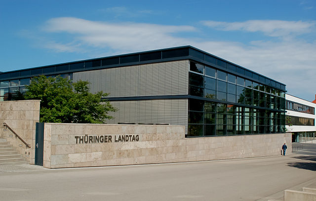 https://upload.wikimedia.org/wikipedia/commons/thumb/6/6b/Plenarsaal_Landtag_Th%C3%BCringen_DSC_3359_b.jpg/640px-Plenarsaal_Landtag_Th%C3%BCringen_DSC_3359_b.jpg