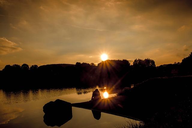 https://pixabay.com/photos/sunset-sun-rays-sunbeam-lake-sky-1743651/