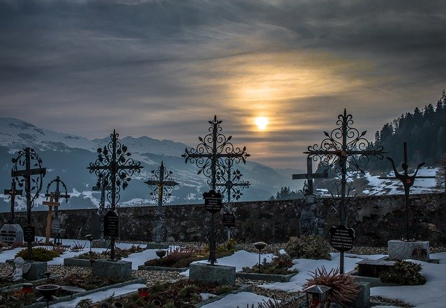 https://pixabay.com/de/photos/friedhof-sonnenuntergang-schnee-1709411/