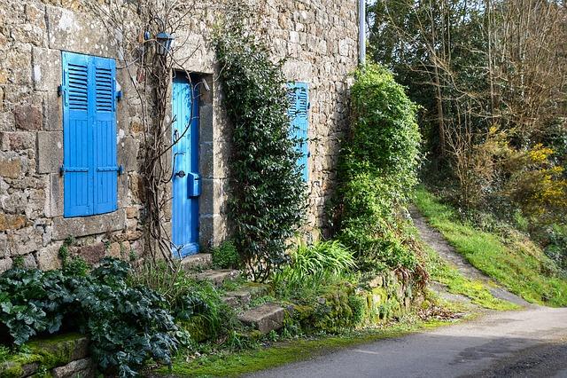 https://pixabay.com/de/photos/haus-fassade-feld-ehemalige-weg-3732927/