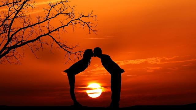 https://pixabay.com/de/photos/sonnenuntergang-paar-romantik-4825272/