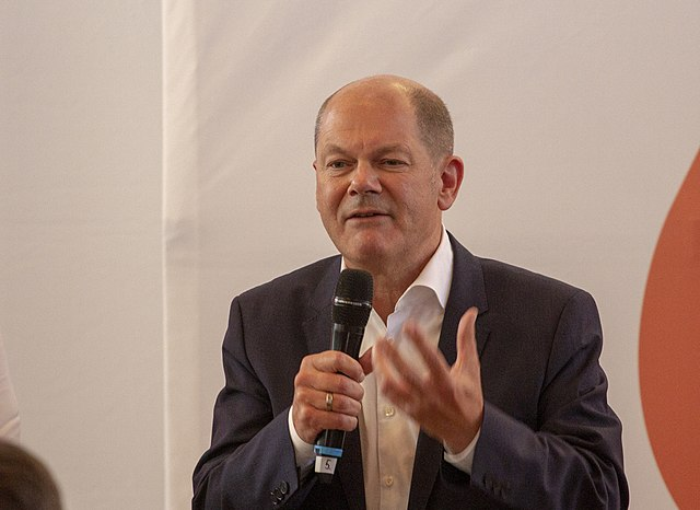 https://upload.wikimedia.org/wikipedia/commons/thumb/e/e1/2019-09-10_SPD_Regionalkonferenz_Olaf_Scholz_by_OlafKosinsky_MG_2575.jpg/640px-2019-09-10_SPD_Regionalkonferenz_Olaf_Scholz_by_OlafKosinsky_MG_2575.jpg