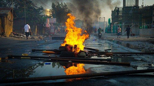 https://pixabay.com/de/photos/nachwirkungen-aufruhr-protest-4506339/