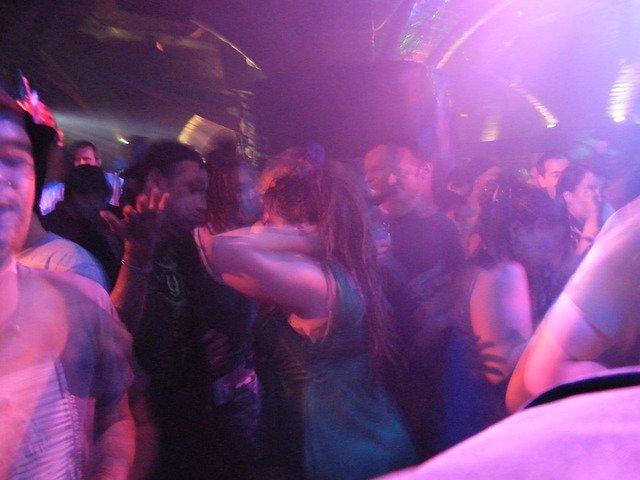 https://pixabay.com/de/photos/tanzen-clubbing-t%C3%A4nzer-diskothek-206740/