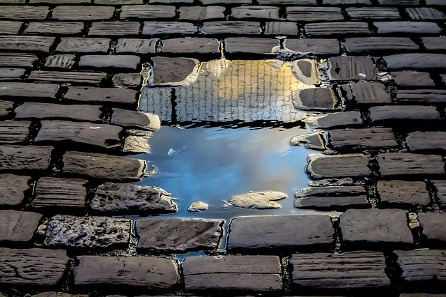 https://pixabay.com/de/photos/reflexion-ziegelstein-stra%C3%9Fe-regen-2922045/