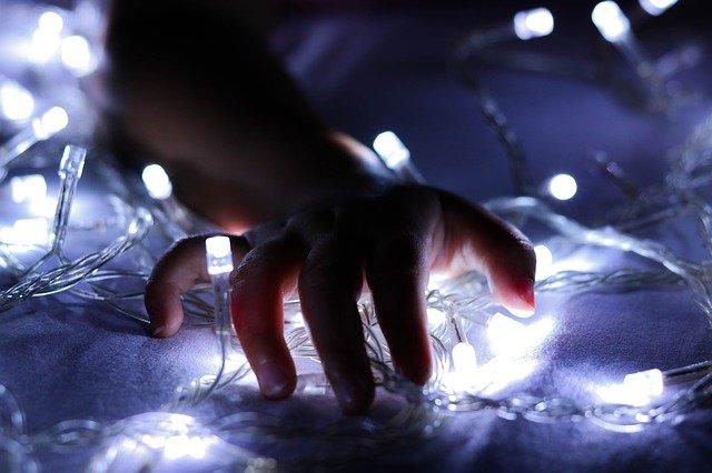 https://pixabay.com/de/photos/kind-beleuchtung-baby-h%C3%A4nde-nacht-2873711/