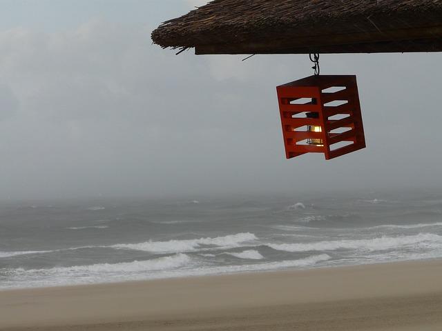 https://pixabay.com/de/photos/strand-laterne-licht-kerze-wind-867519/