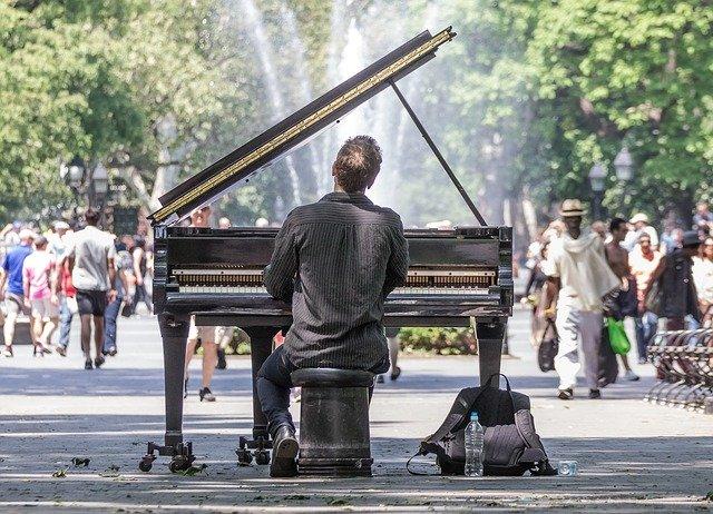 https://pixabay.com/de/photos/manhattan-konzert-solo-klavier-1674404/