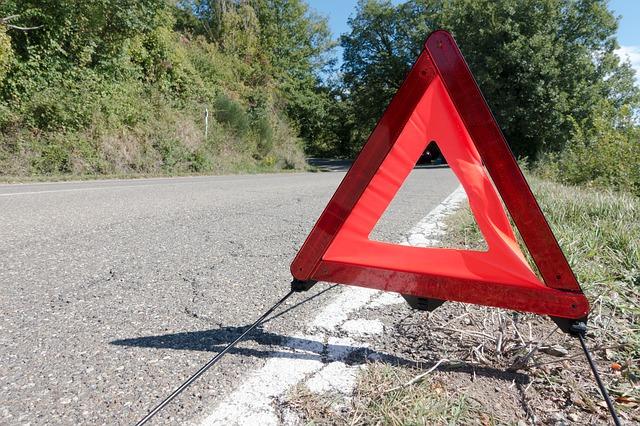 https://pixabay.com/de/photos/panne-warndreieck-autopanne-asphalt-984812/