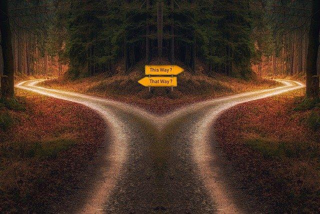 https://pixabay.com/de/photos/entscheidung-weg-wegweiser-kreuzung-5291766/