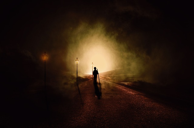 https://pixabay.com/de/photos/zu-fu%C3%9F-dunkel-lichter-angst-wolken-3815654/