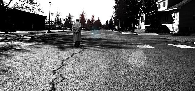 https://pixabay.com/de/photos/stra%C3%9Fe-dorf-stadt-asphalt-geknackt-768589/