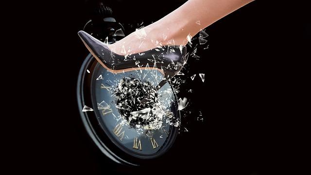 https://pixabay.com/de/photos/zertreten-glassplitter-uhr-bein-3672347/