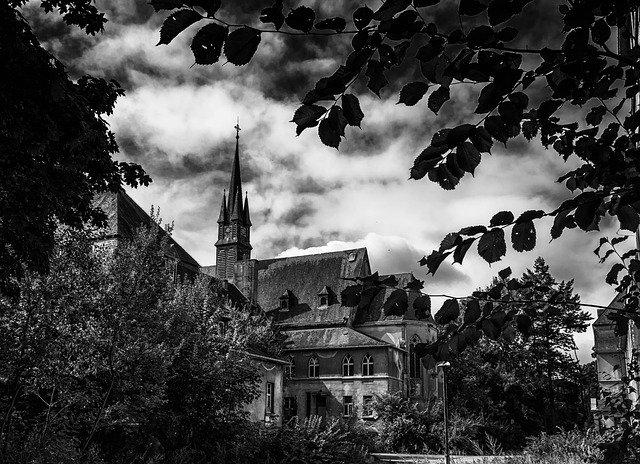 https://pixabay.com/de/photos/lost-places-kapelle-kirche-1644170/