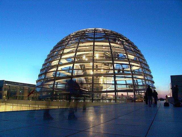 https://pixabay.com/de/photos/berlin-reichstag-dem-deutschen-volke-971799/