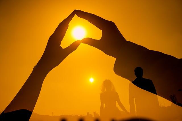 https://pixabay.com/de/photos/h%c3%a4nde-herz-sonnenuntergang-6553252/