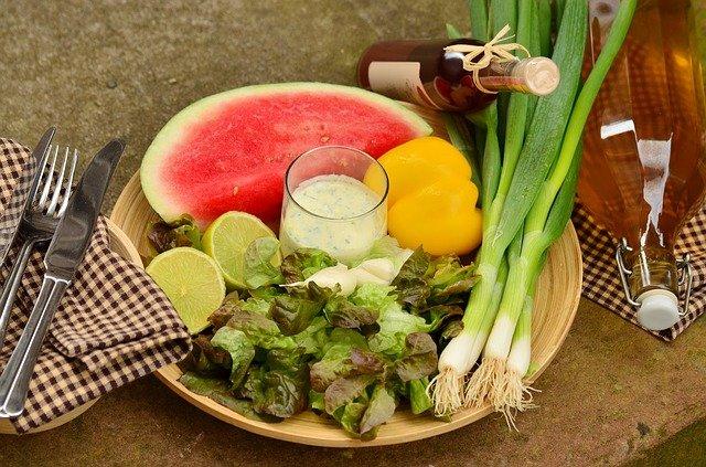 https://pixabay.com/de/photos/fr%c3%bchlingszwiebeln-lauch-salat-1540638/